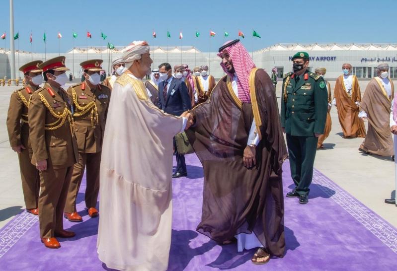 سلطان عُمان يغادر السعودية .. والأمير محمد بن سلمان في وداعه بمطار خليج نيوم - المواطن