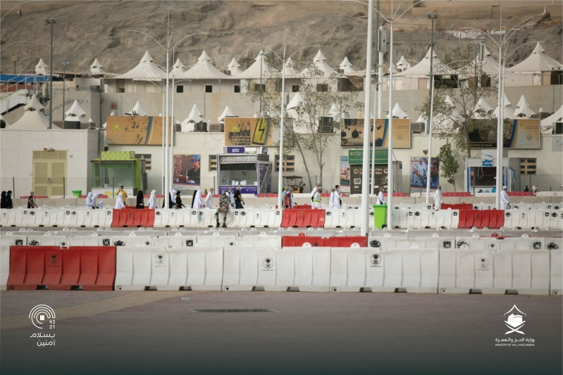 حجاج بيت الله الحرام يرمون الجمرات في أول أيام التشريق - المواطن