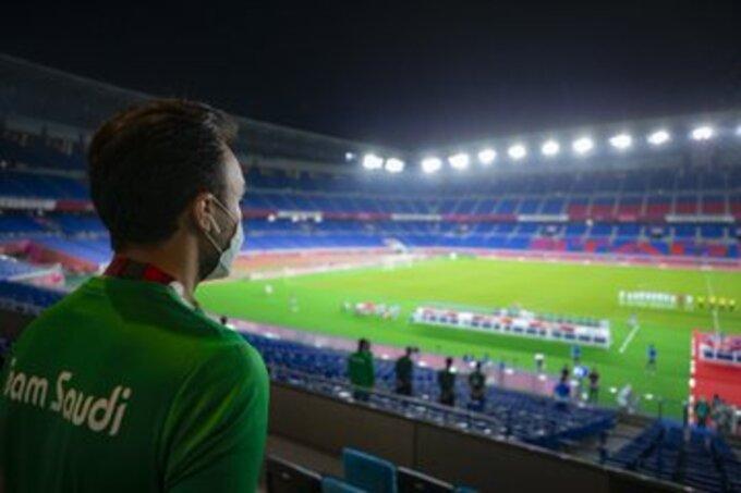 وزير الرياضة يتابع مباراة السعودية وألمانيا