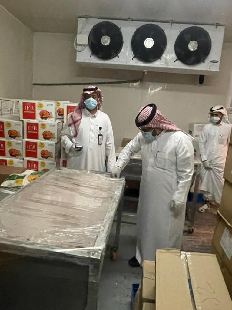 ضبط 5 أطنان من اللحوم والمواد الغذائية الفاسدة بأحد مطاعم أبها - المواطن