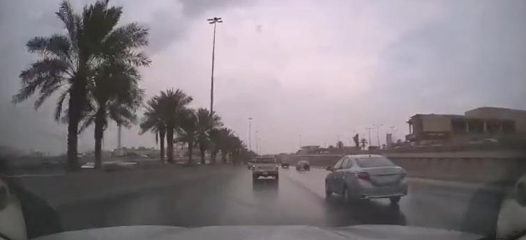 تصادم عدة مركبات بسبب الأمطار على الدائري الشرقي بالرياض