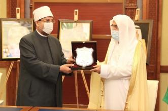 الأوقاف المصرية تقدم درعها لوزير الشؤون الإسلامية - المواطن