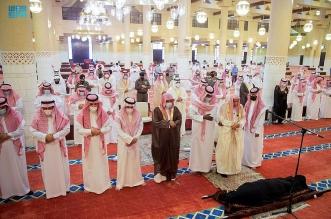 أمير الرياض بالنيابة يؤدي صلاة الميت على الأميرة العنود بنت مشاري - المواطن