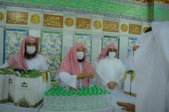 السديس يشارك في توزيع الهدايا على زوار المسجد النبوي - المواطن
