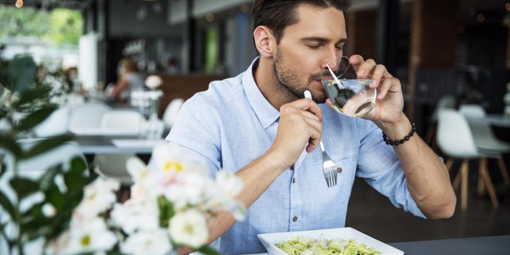 العلاقة بين تناول الماء أثناء الأكل وظهور الكرش