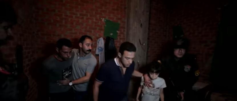 لحظة تحرير طفل من أيدي عصابة خطفته في مصر