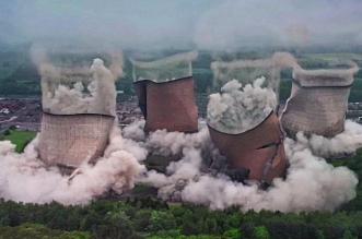 لحظة تفجير أبراج تبريد عملاقة بمحطة كهرباء في بريطانيا