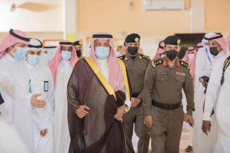 محافظ حفر الباطن يتفقد مركز اللقاح بمدرسة عبدالرحمن الغافقي - المواطن