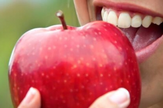 هل تناول التفاح الأحمر قبل النوم يضر بالصحة؟ - المواطن
