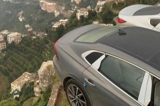 ضبط مواطنين تباهيا بسيطرتهما على مركبتين في وضع خطر على مرتفع جبلي بفيفا - المواطن