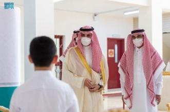 أمير الجوف يزور المدارس ويشارك بتسليم الطلاب المقررات المدرسية - المواطن