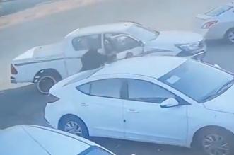 مواطن ينقذ عائلة بعد تحرك سيارتهم فجأة باتجاه طريق سريع - المواطن