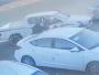 مواطن ينقذ عائلة بعد تحرك سيارتهم فجأة باتجاه طريق سريع