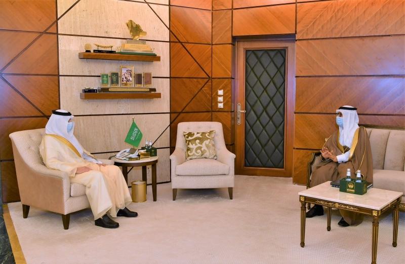 أمير الشرقية يطمئن على سير الدراسة في جامعة الملك فيصل (2)