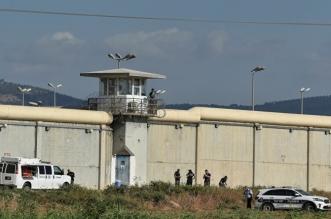 إسرائيل تعلق زيارات أهالي المعتقلين في السجون