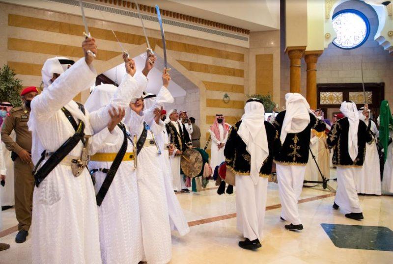 خالد الفيصل يشارك في أداء العرضة بمناسبة اليوم الوطني 91 (1)