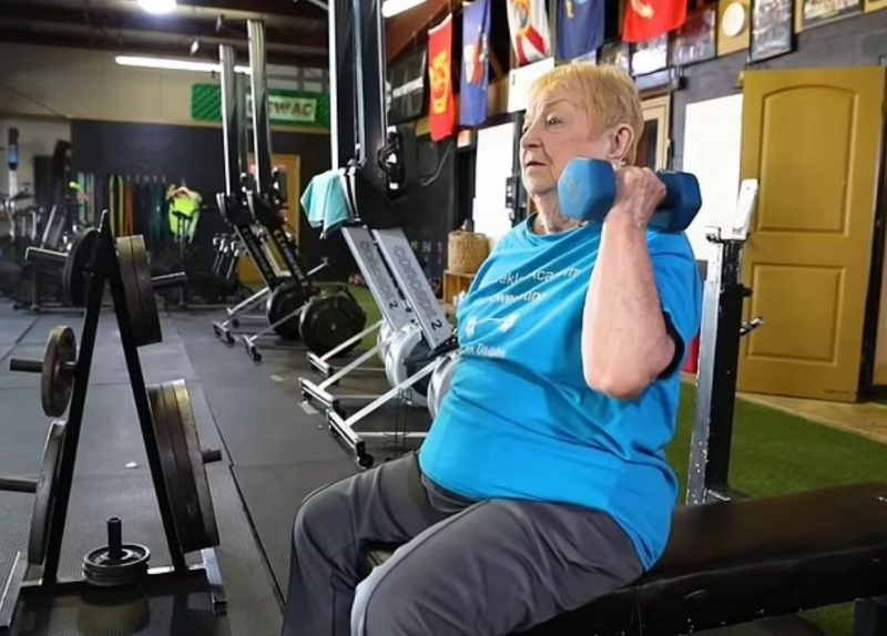 سيدة تبلغ 100 عام تسجل رقمًا قياسيًا في رياضة رفع الأثقال !
