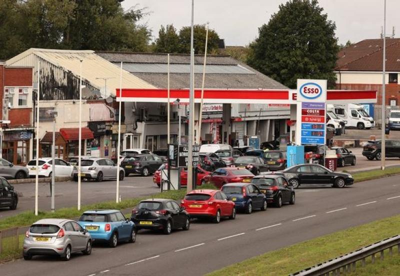 وزير بريطاني يفسر سبب طوابير البنزين الطويلة في المملكة المتحدة