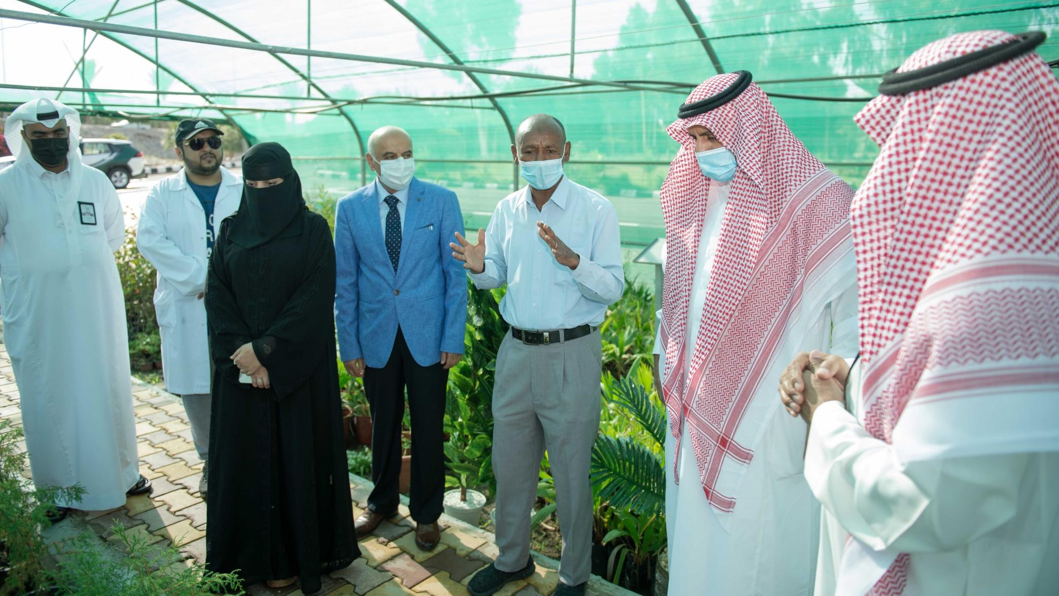 """رئيس جامعة الملك خالد يطلع على أعمال التجربة الحقلية """"تحسين نمو شتلات العرعر"""