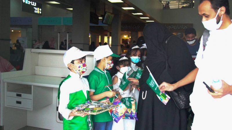 استقبال وتوديع المسافرين بالأعلام والورود في مطار جازان - المواطن
