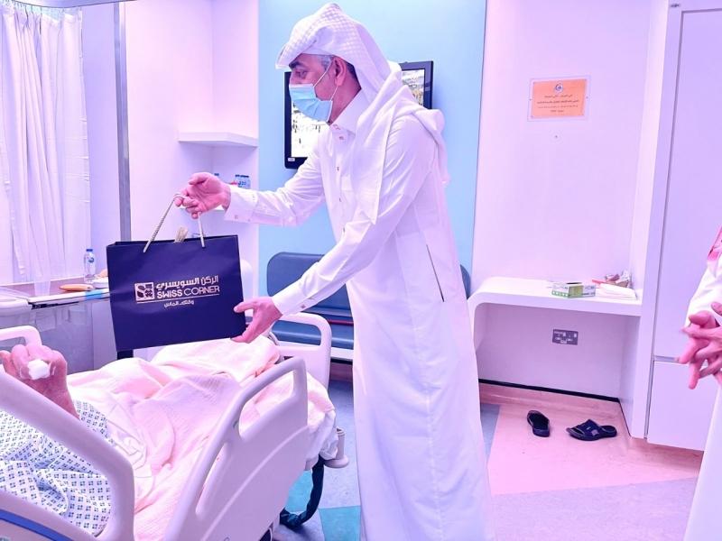 الركن السويسري يزور مرضى السرطان ويهديهم 30 ساعة - المواطن