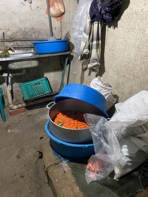 أمانة عسير تضبط مطعما يجهز الطعام في سكن للعمالة والف كيلوأ من المواد غذائية فاسدة