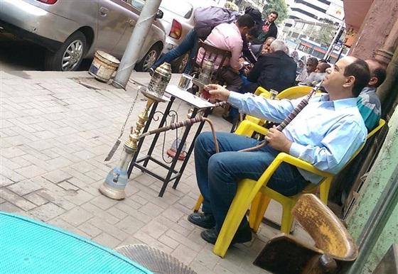 بالصورة... شبيه السيسي على مقهى شعبي في القاهرة