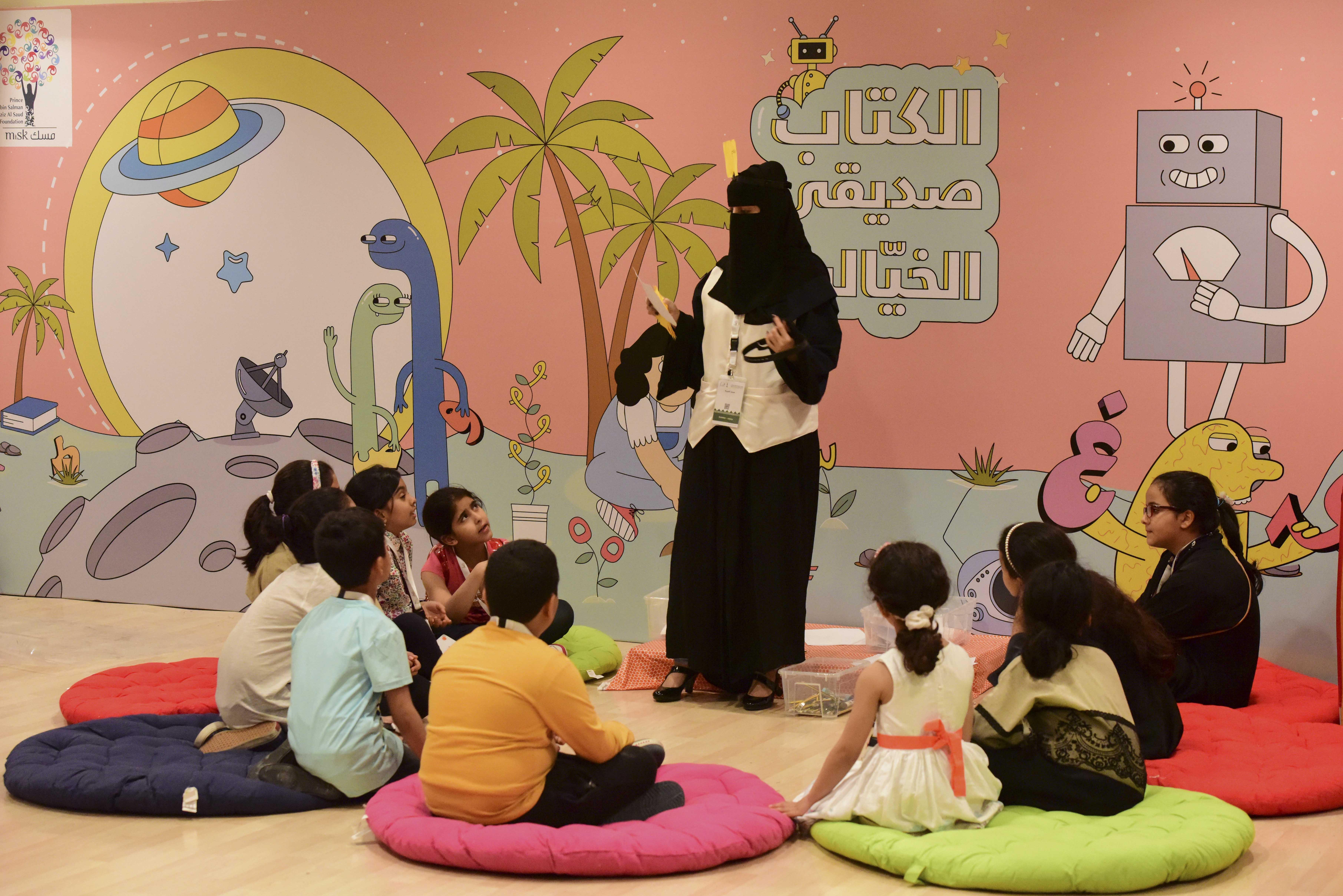 2100 طفل يشاركون برحلة ثقافية في مسك الخيرية بمعرض الكتاب (2)