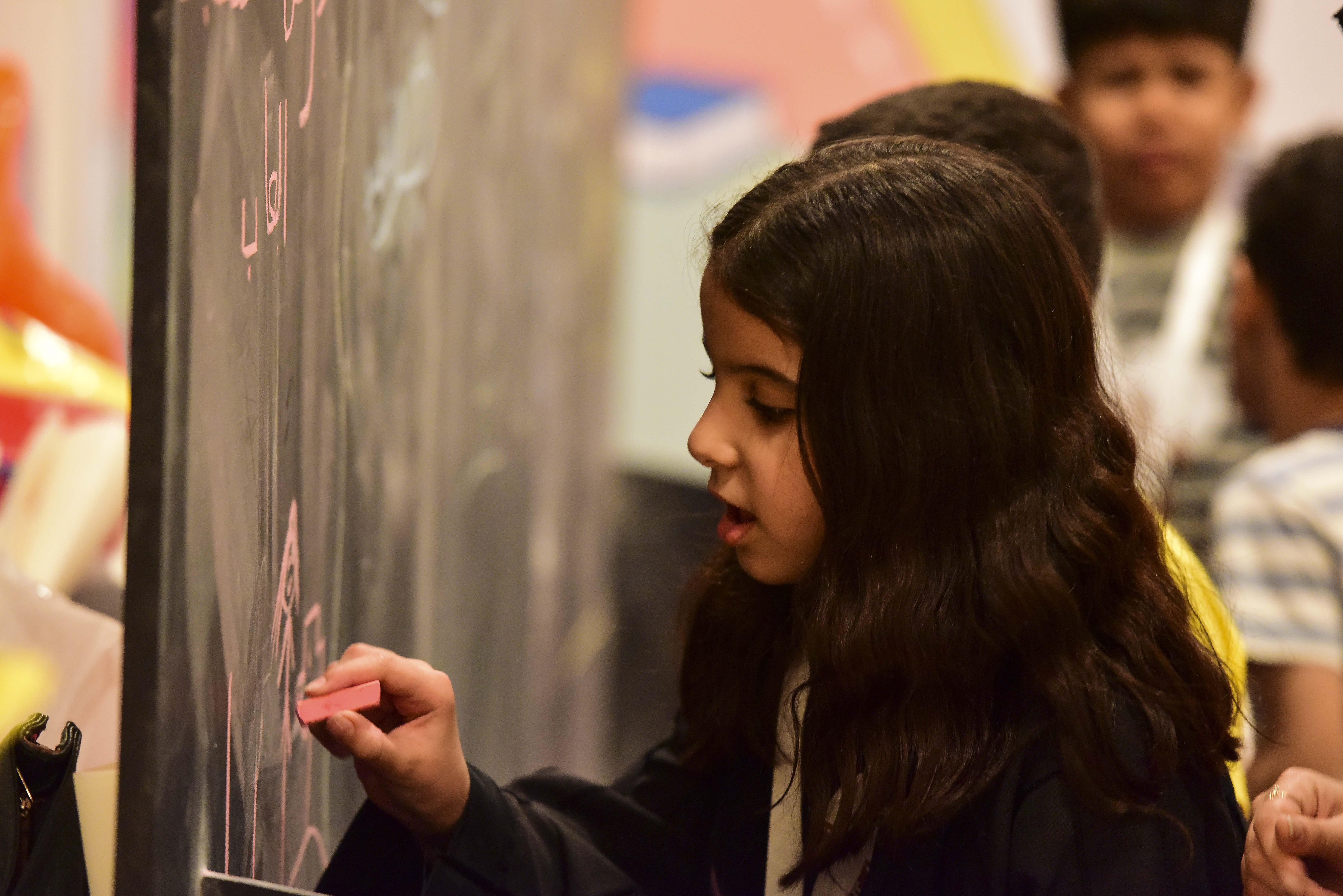2100 طفل يشاركون برحلة ثقافية في مسك الخيرية بمعرض الكتاب (4)