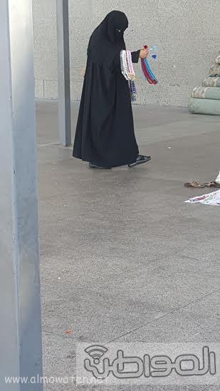 بائعاتٌ تنقضّ على مصليات مسجد قباء بـ #المدينة222