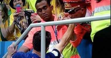 """بالصورة.. مشجع هولندى يقبّل يد """"فان بيرسي"""" بعد الفوز على البرازيل"""