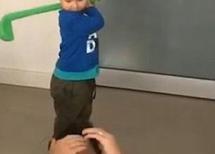 بالصور.. محاولات رجل تعليم ابنه الجولف تنتهي بطريقة مروعة - المواطن