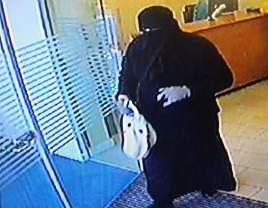 الشرطة البريطانية تبحث عن سارق بنك تخفى بالعباءة والبرقع