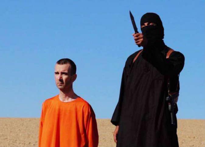 """تنظيم """"داعش"""" الإرهابي يبث مقطع ذبح موظف إغاثة بريطاني"""