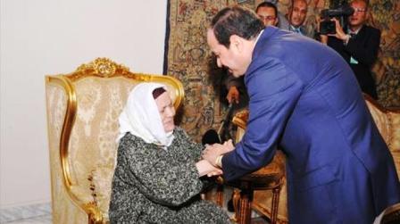 """""""السيسي"""" يستقبل مسنة تبرعت بقرطها لصندوق دعم مصر"""