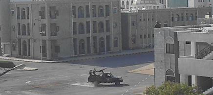 الحوثيون يقتحمون مبنى محافظة الحديدة بـ10 أطقم مسلحة
