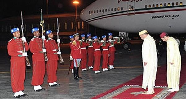الملك محمد السادس يحيي أفراد من الحرس الملكي