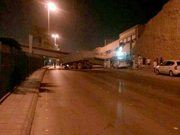 بالصور والفيديو ..شاحنة تسقط جسرا للمشاة في ملز الرياض - المواطن