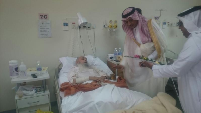 بالورود.. محافظ بيشة يعايد المنومين في مستشفى الملك عبدالله