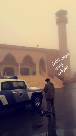 حارس أمن تحت زخات المطر: حارساً للأمن مؤدياً للفريضة