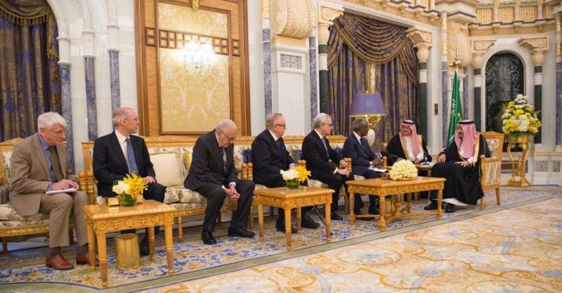 """الملك يبحث دعم السلام والاستقرار العالمي مع وفد مجموعة ذا إيلدرز """"الشيوخ"""" - المواطن"""