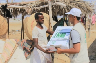 بالصور.. مركز الملك سلمان للإغاثة يوزع 15 ألف كرتون بحضرموت - المواطن