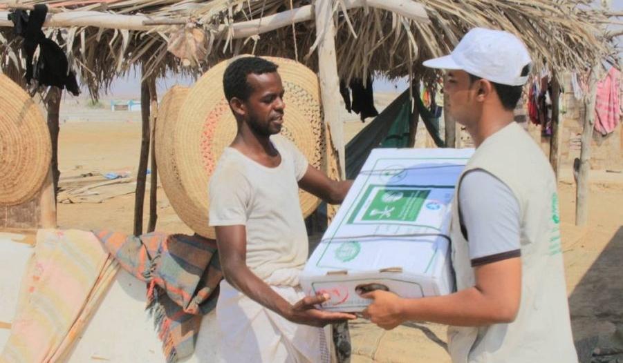 بالصور.. مركز الملك سلمان للإغاثة يوزع 15 ألف كرتون بحضرموت