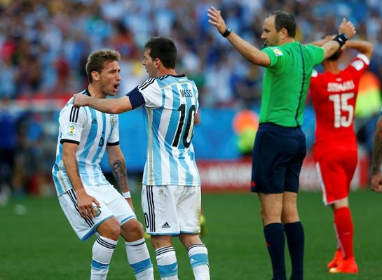 Argentina's Lucas Biglia (L) and Lionel Messi celebrate their win against Switzerland at the end of extra time in their 2014 World Cup round of 16 game at the Corinthians arena in Sao Paulo July 1, 2014. REUTERS/Eddie Keogh (BRAZIL  - Tags: SOCCER SPORT WORLD CUP)