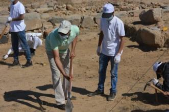 بالصور.. العمرة يشارك ٣٠ طالباً من جامعة الملك خالد التنقيبَ بموقع جُرش الأثري - المواطن