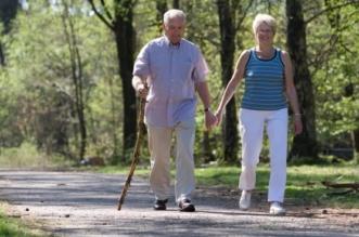 الخروج من المنزل يطيل عمر كبار السن - المواطن