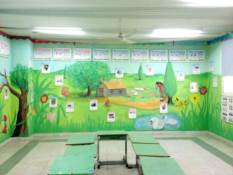 بالصور.. معلم يحوّل فصول مدرسته إلى لوحات فنية