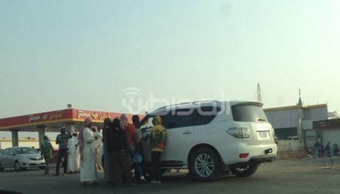 بالصور.. عمالة مخالفة تتجاهل التفتيش وتتجمع بمحطة جرش بالرياض - المواطن