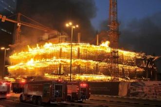 بالصور.. حريق بالكويت يلتهم مبنى مساحته 380 ألف متر - المواطن