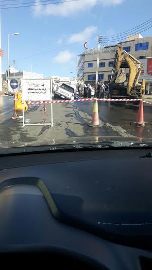 هبوط بشارع حيوي وسط #أبها يبتلع سيارة4